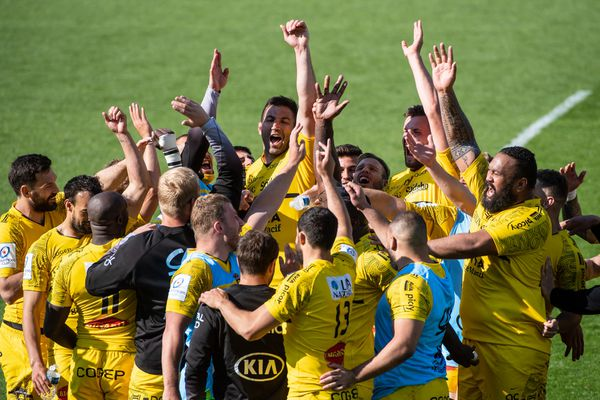 Les joueurs de La Rochelle célèbrent leur victoire contre Leinster en demi-finale et leur qualification en finale de Champions cup, au Stade Marcel Deflandre, le 2 mai 2021.