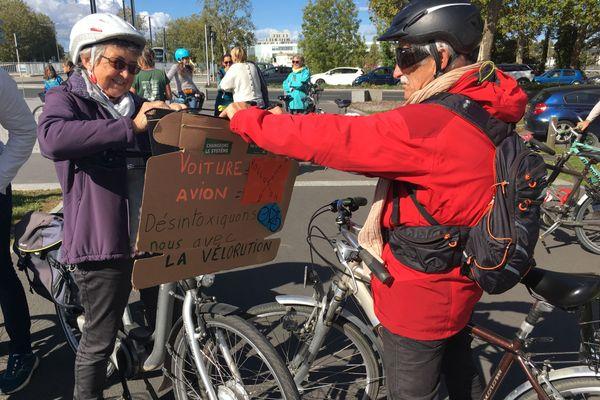 Les manifestants veulent promouvoir des transports plus écologiques, comme le vélo ou le train.