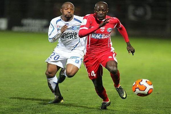 Nîmes - Mame Ousmane Cissokho (en rouge) aux prises avec un Auxerrois - 17 janvier 2014.