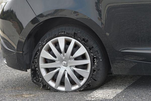 Un pneu crevé (image d'illustration)