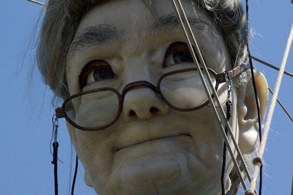 Un peu bigleuse, Grand Mère chausse ses lunettes, pour lire son discours aux nantais