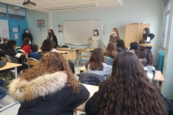 Des ingénieures et des techniciennes au collège René Cassin de Villefontaine pour sensibiliser les jeunes filles aux métiers scientifiques et technologiques.