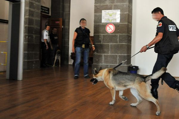 """Le procès de meurtrier présumé d'Agnès Marin a été jugé """"sensible"""" et un important dispositif policier a été déployé sur place, au Puy-en-Velay (photo 17/06/2013)"""