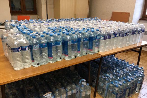 La mairie propose des bouteilles d'eau aux habitants