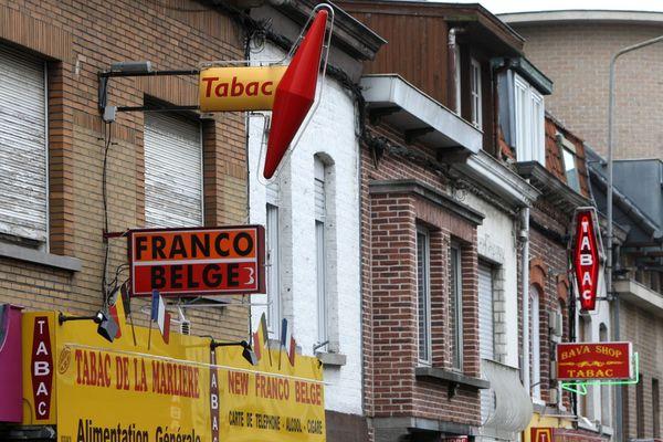 Enseignes de tabac à la frontière belge.