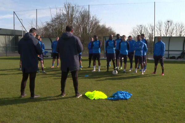 Johan Gallon annonce à ses joueurs qu'il quittele club de Granville lors de l'entraînement le mercredi 24 mars 2021.