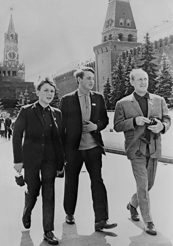 Bourvil accompagné de ses deux fils Dominique et Philippe sur la place Rouge à Moscou le 21 juillet 1967