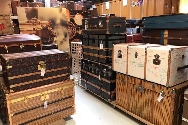 Des malles de toutes tailles, origines et usages sont restaurées par les malletiers de Haguenau.
