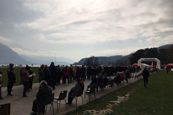 File d'attente pour se faire vacciner contre le Covid-19, le 6 mars à Annecy.