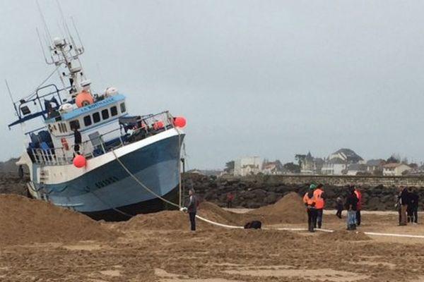 Le chalutier La Roumasse s'est échoué sur la grande plage de Saint-Gilles-Croix-de-Vie au retour de pêche la nuit dernière