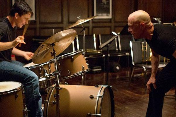 """Miles Teller, à la batterie, face à J.K Simmons dans """"Whiplash"""" de Damien Chazelle"""