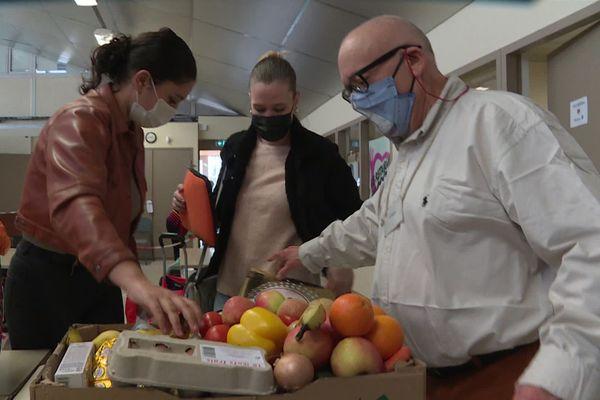 Au centre de Brive, pour le premier jour de la campagne d'hiver, des bénéficiaires sont venus chercher leur aide alimentaire hebdomadaire