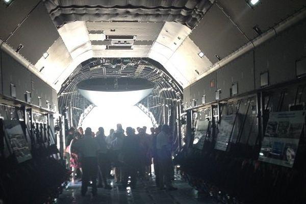 l'A400M dispose d'une soute de 340m3 (2 x plus qu'un Transall). Elle lui permet de transporter 21 tonnes à 5 000 km en 8h quand il fallait 2 jours à un Transall pour transporter 6 tonnes !