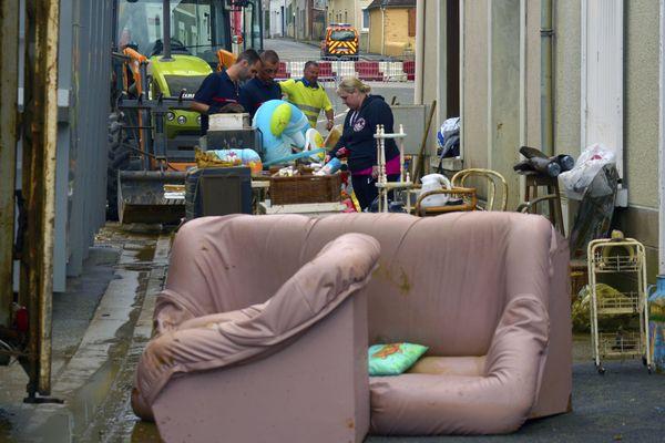 À Souligné-sous-Ballon, au nord du Mans, l'heure est au déblayage après deux montées des eaux successives.