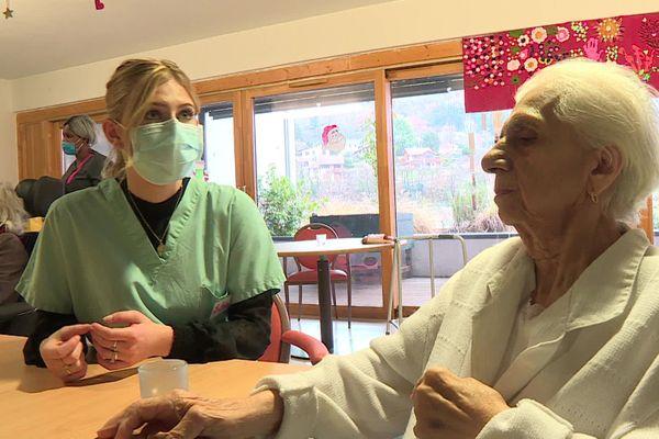Une volontaire et une résidente, à l'Ehpad Claudette-Chesne, à Eybens.
