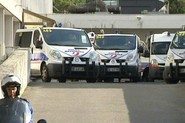 Grenoble le 3 octobre 2012, les fourgons de police s'apprêtent à quitter l'hôtel de police.