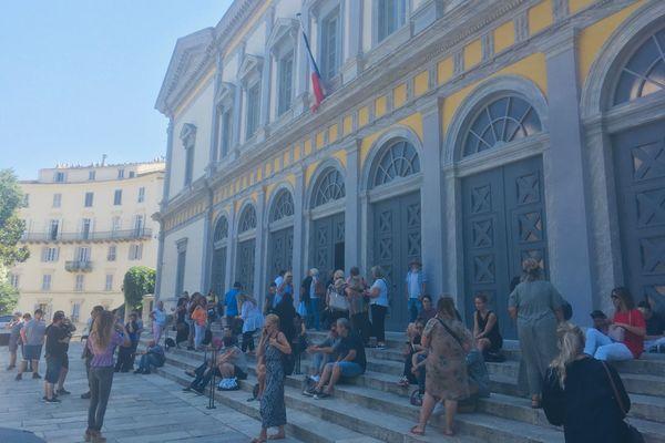 Plusieurs dizaines de personnes s'étaient donné rendez-vous devant le palais de justice pour dénoncer la maltraitance envers les animaux