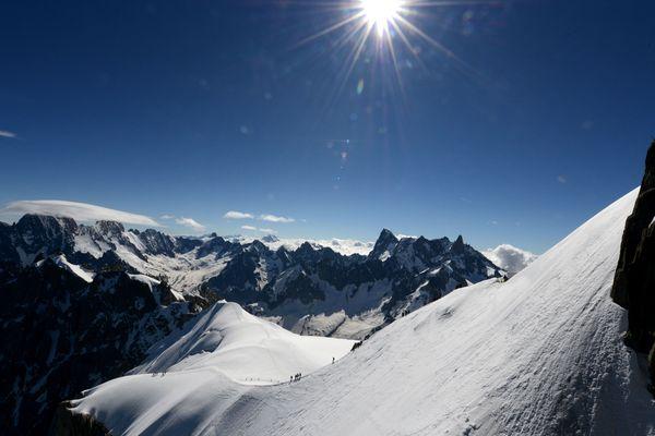 Le massif du Mont-Blanc surplombant la vallée blanche en Haute-Savoie.