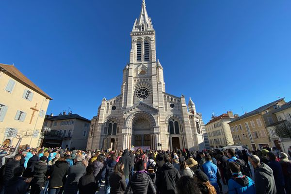 Devant la cathédrale de Gap, plus d'un millier de personnes se sont rassemblées