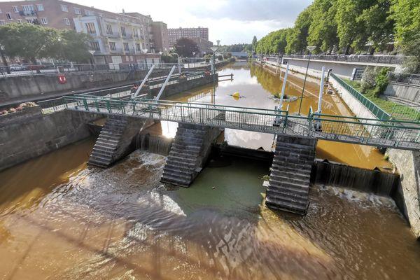 La Sambre présentait lundi un teinte orangée en plein centre-ville de Maubeuge.