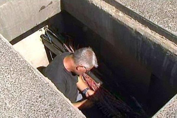 Rodilhan (Gard) - un technicien répare des cables téléphoniques et internet endommagés par des voleurs - juillet 2014.