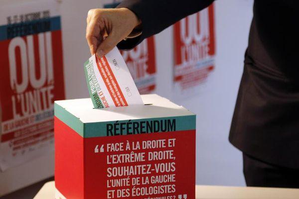 Un homme met son bulletin lors du référendum sur l'unité de la gauche organisé par le PS à Paris, le 16 octobre 2015.