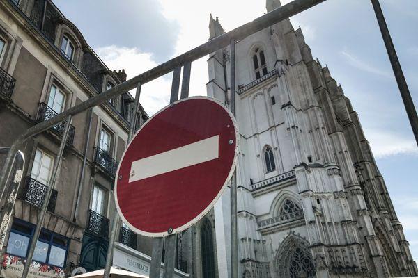 Les accès à la cathédrale ont été interdits pour les besoins de l'enquête et la sécurisation de l'édifice.