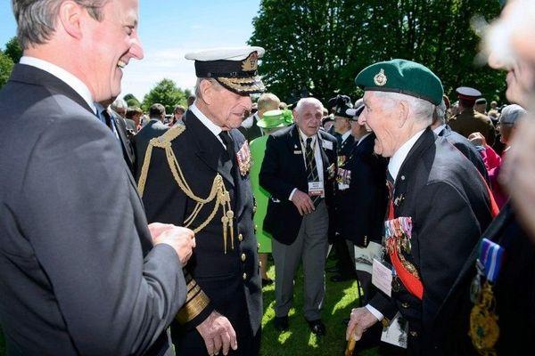 A Bayeux, le premier ministre britannique David Cameron et le Prince Philip rencontrent le vétéran Léonard Broomfield