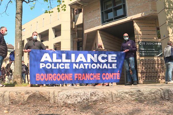 Une cinquantaine de fonctionnaires de police se sont rassemblés devant le palais de justice de Dijon.