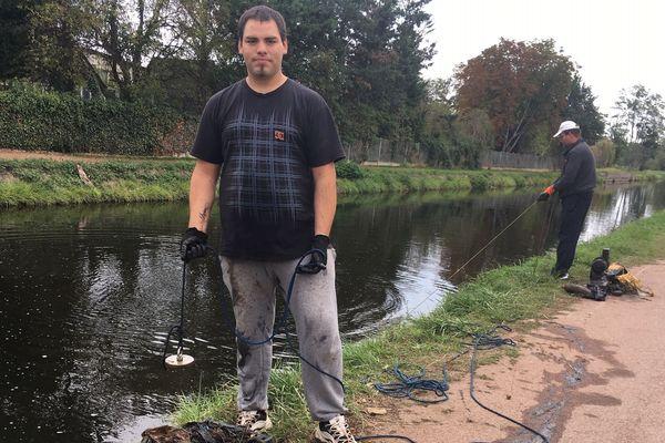 Samuel Terrier, pêcheur à l'aimant, ramène des tonnes de détritus en tout genres de sa pêche. Grâce à son aimant émerge la bien triste habitude de jeter tout et n'importe quoi dans les rivières.