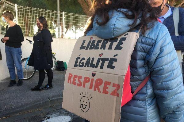 Les enseignants dénoncent leurs conditions de travail en cette période de crise sanitaire.