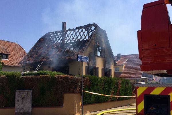 La maison dans laquelle vivaient trois personnes a été totalement soufflée et dévastée.