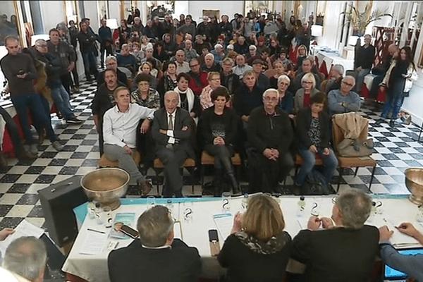 les réunions publiques se succèdent pour convaincre avant le premier tour des élections territoriales.