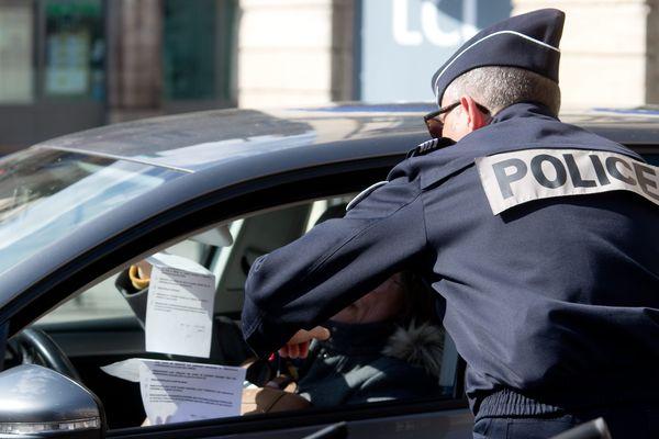 La Police nationale contrôle une attestation de déplacement dérogatoire en Côte-d'Or, image d'illustration.