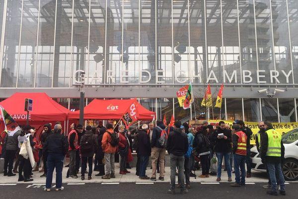 Manifestation des cheminots devant la gare de Chambéry, en Savoie