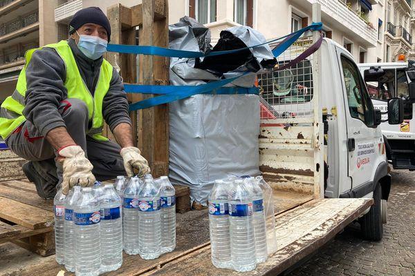Des bouteilles disponibles pour les habitants de Toulon privés d'eau.