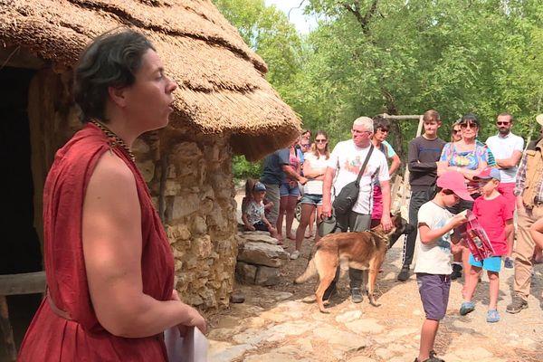 Magalie Margotton, guide à Randa Ardesca devant la maison du chef