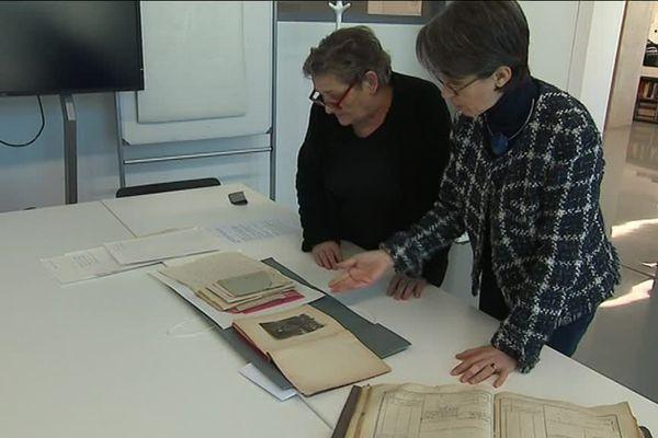 Josiane Febvret, bénévole, et Sylvie Desachy, directrice des archives départementales de l'Hérault préparent les documents à indexer pour le Mémorial de la Grande Guerre. - février 2018