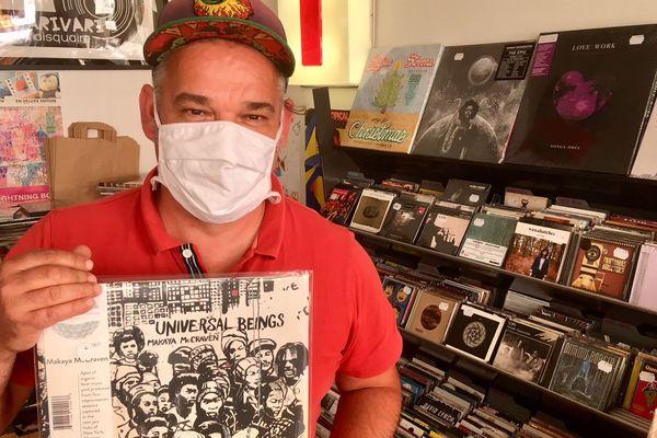 """Jérôme Thiré, disquaire à Poitiers, présente l'un des albums qu'il aime défendre actuellement auprès de ses clients, """"Universal Beings"""" de Makaya McCraven."""