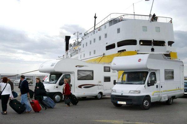 Des camping-cars à la descente d'un ferry en Corse.