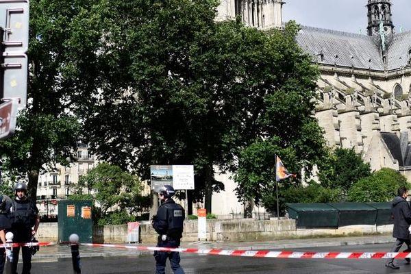 Des policiers, après l'attaque devant la cathédrale Notre-Dame de Paris, le 6 juin 2017.