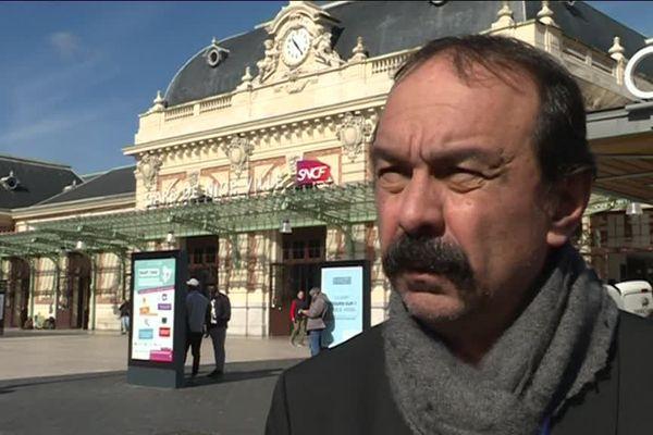 Philippe Martinez, le secrétaire général de la CGT, devant la gare de Nice