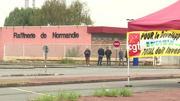 Des salariés devant la raffinerie de Gonfreville-l'Orcher (76)