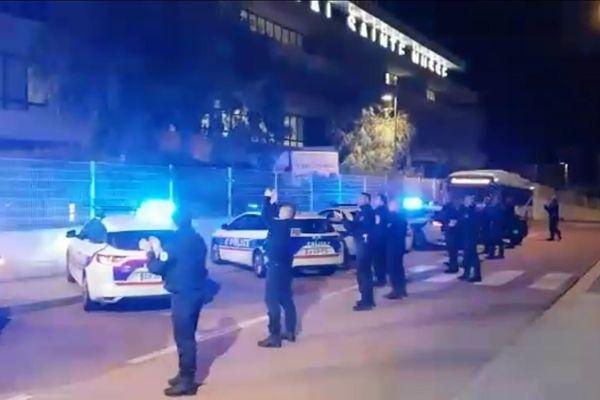 Les policiers de Toulon rendent hommage aux soignants devant l'hôpital Sainte-Musse.