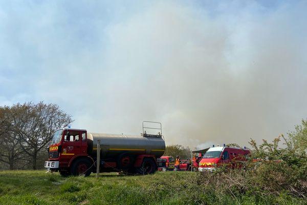 Les pompiers ont décidé d'installer un poste de commandement près de l'incendie