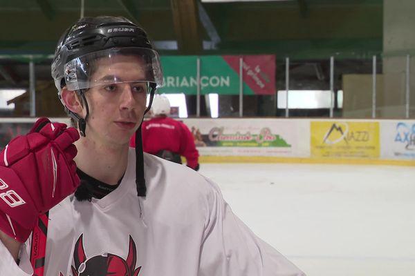 A 23, le hockeyeur haut-alpin est rentré de Finlande pour continuer sa carrière à Briançon.