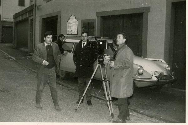 Reportage à Lutzelbourg (57) en 1966. Tournage sur une coutume de la région : le lancer des disques de feu pour célébrer l'arrivée prochaine du printemps. L'opérateur est Robert Vincenot, l'assistant Jean-Claude Salvé, le journaliste, Jimmy Jonquard.