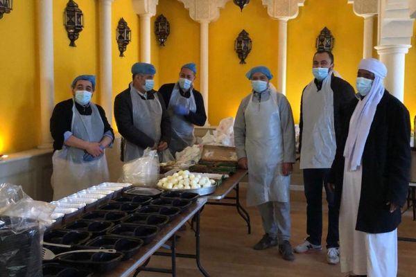 Pendant le ramadan, à Clermont-Ferrand, des bénévoles préparent des repas pour les étudiants.