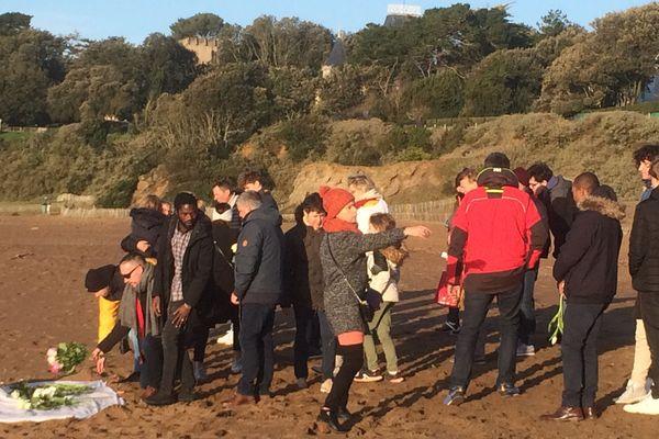 Sur la plage de Monsieur Hulot, près de 200 personnes ont participé à l'hommage de la policière qui s'est suicidée au commissariat de Saint-Nazaire.