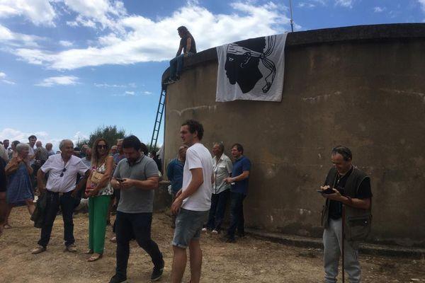 Environ cinquante personnes se sont rassemblées au pied d'un château d'eau, en face de l'entrée de la maison dont Core in Fronte dénonce la construction.